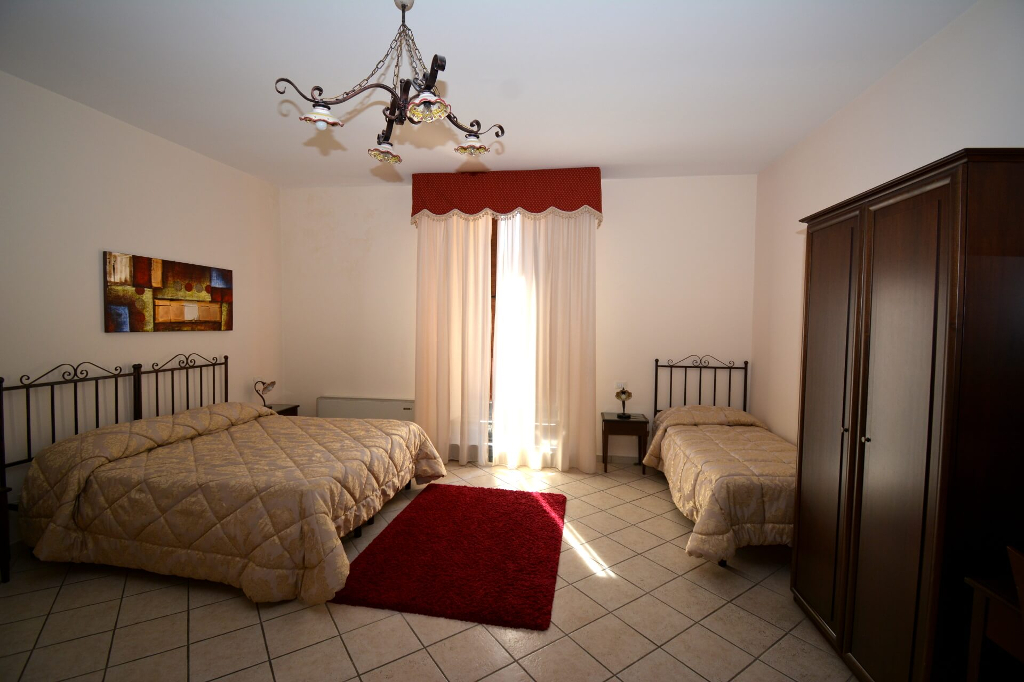 camera-tripla-bed-and-breakfast-caltagironea